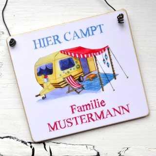 Campingschild HIER campt Familie Mustermann mit Wohnwagenmotiv