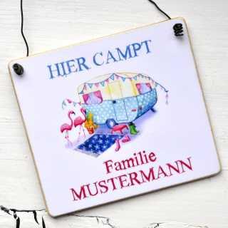 Schild HIER campt Familie Mustermann mit Wohnwagenmotiv FLAMINGO