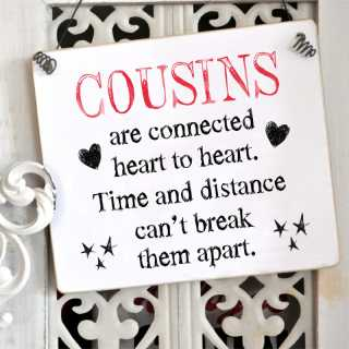 Schild COUSINS are connected heart to heart