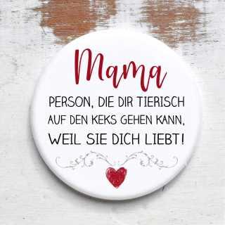 Button mit Spruch für Mütter Weil sie Dich liebt rund 59 mm