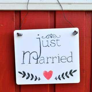 Hochzeit Schild JUST MARRIED im Tafel-Design weiß