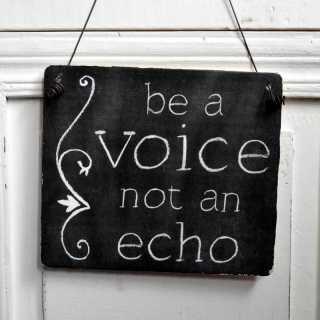Schild zur Dekoration BE A VOICE NOT AN ECHO mit Drahtaufhängung