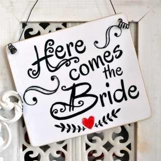 Schild Hochzeit mit der Aufschrift HERE COMES THE BRIDE