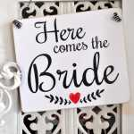 Hochzeitsschild HERE COMES THE BRIDE aus Holz