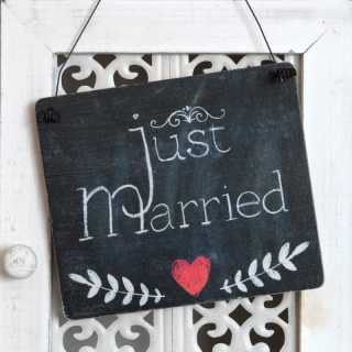 Dekoschild JUST MARRIED aus Holz im Tafel-Design 13,5 x 15,5 x 0,4 cm