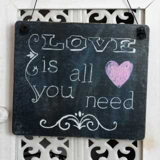 Dekoschild LOVE IS ALL YOU NEED aus Holz im Tafel-Design 11 x 9,5 x 0,4 cm