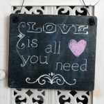 Dekoschild LOVE IS ALL YOU NEED aus Holz im Tafel-Design...