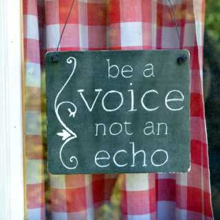 Schild zur Dekoration BE A VOICE NOT AN ECHO mit Drahtaufhängung 17 x 20 x 0,4 cm