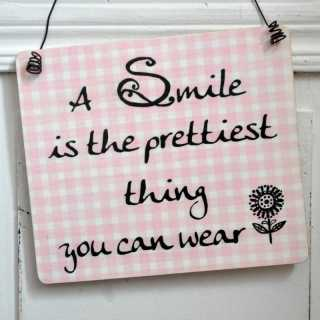 Holzschild mit Weisheit SMILE is the prettiest thing you can wear 11 x 9,5 x 0,4 cm